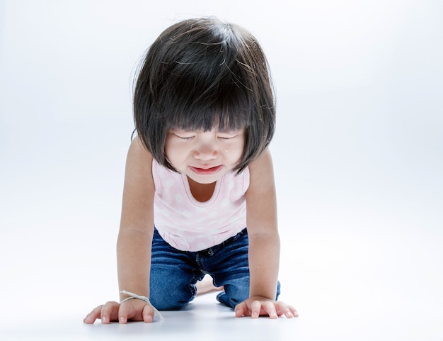 Menina asiática que chora isolar