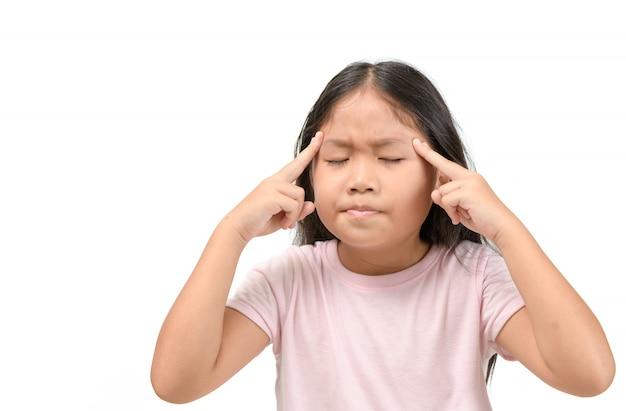 Menina asiática que sofre de dor de cabeça