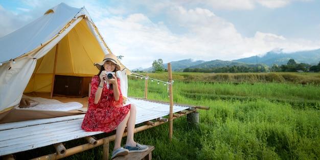 Menina asiática relaxar dentro da barraca