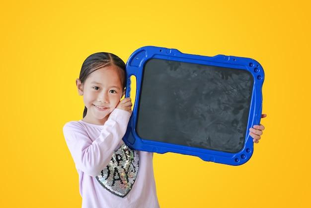 Menina asiática segurando um quadro-negro
