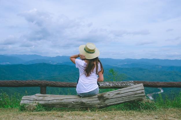 Menina asiática, sentando, ligado, madeira, e, olhar, mountian, vista