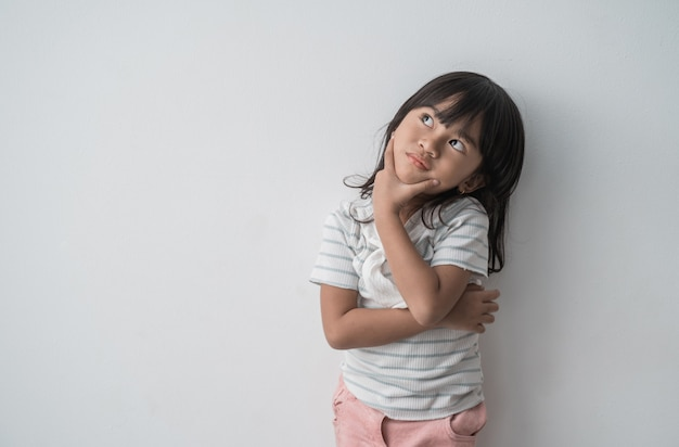 Menina asiática sonhadora