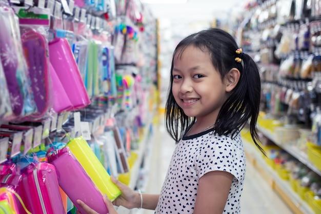 Menina asiática sorridente na loja