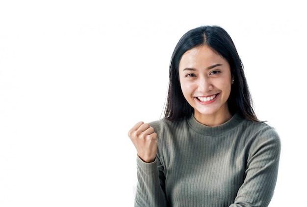 Menina asiática sorrindo fundo branco bonito e feliz