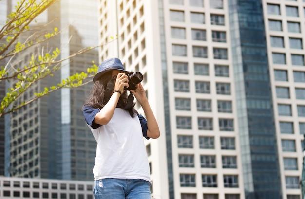 Menina asiática tira foto na cidade