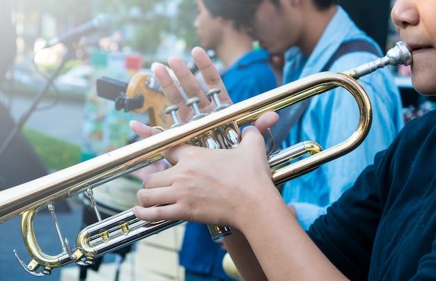 Menina asiática tocando trompete