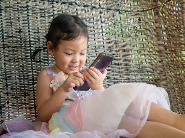 Menina asiática usando telefone inteligente