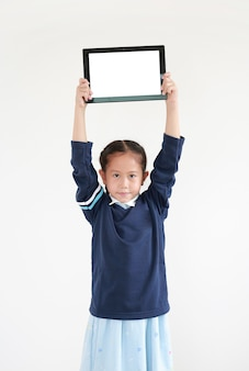 Menina asiática usando um tablet