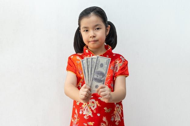Menina asiática usar cheongsam e levar envelopes vermelhos no ano novo chinês