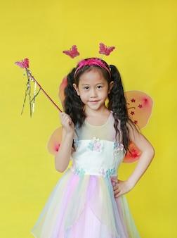 Menina asiática vestida com uma fantasia de fada