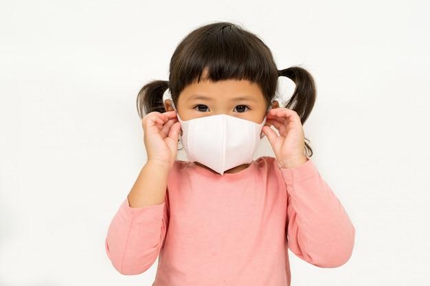 Menina asiática vestindo máscara para proteger