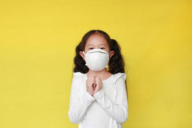 Menina asiática vestindo uma máscara facial