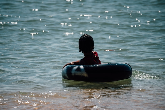 Menina asiática viajar e brincar com diversão e feliz no mar praia laemmaephim