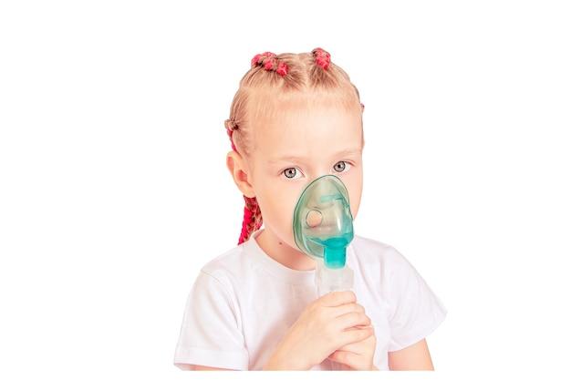 Menina asmática inalando com nebulizador