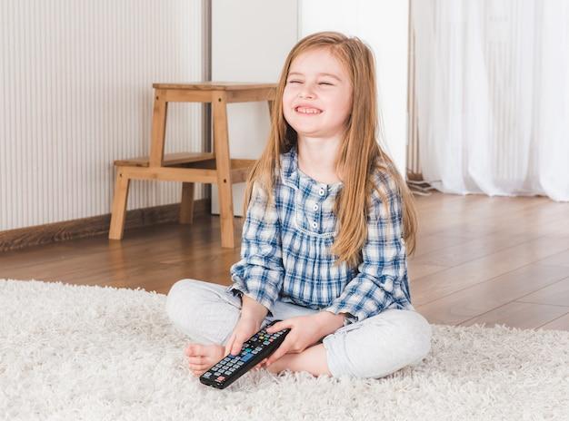 Menina assistindo tv