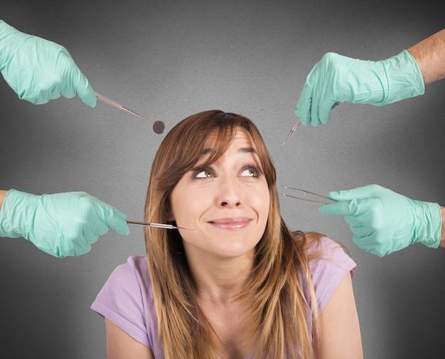 Menina assustada com as ferramentas de seu dentista
