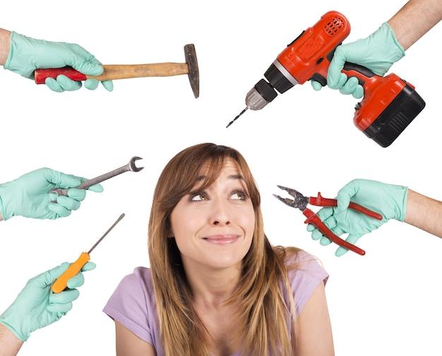 Menina assustada com ferramentas malucas de dentista