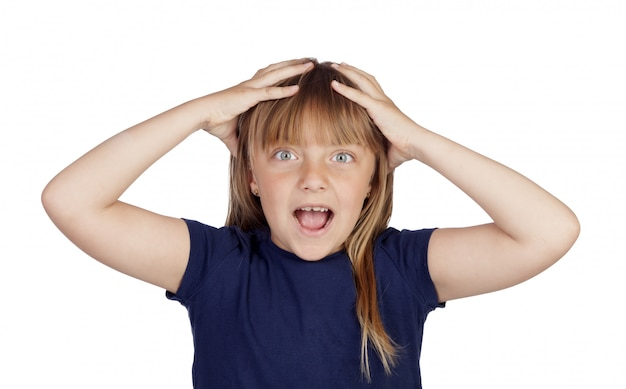 Menina assustada com uma camiseta azul escura