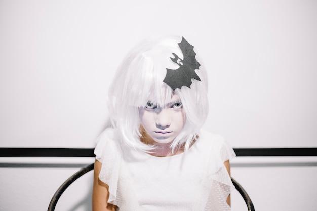 Menina assustadora com morcego