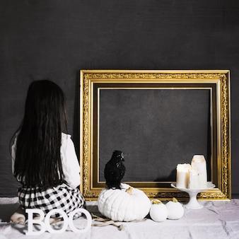 Menina assustadora e corvo olhando o quadro