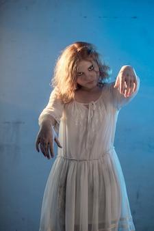 Menina assustadora em vestido branco de filme de terror no quarto
