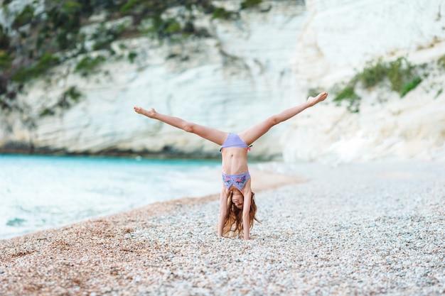 Menina ativa na praia que tem muito divertimento.
