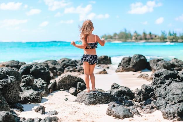 Menina ativa na praia se divertindo muito.