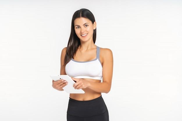 Menina atleta está assistindo um aplicativo de esportes em um tablet