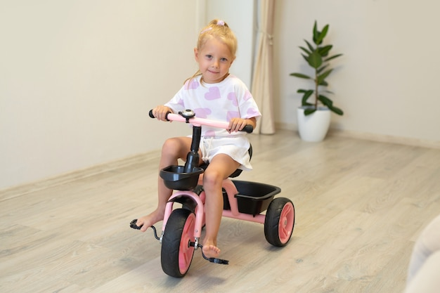 Menina atraente andando de bicicleta