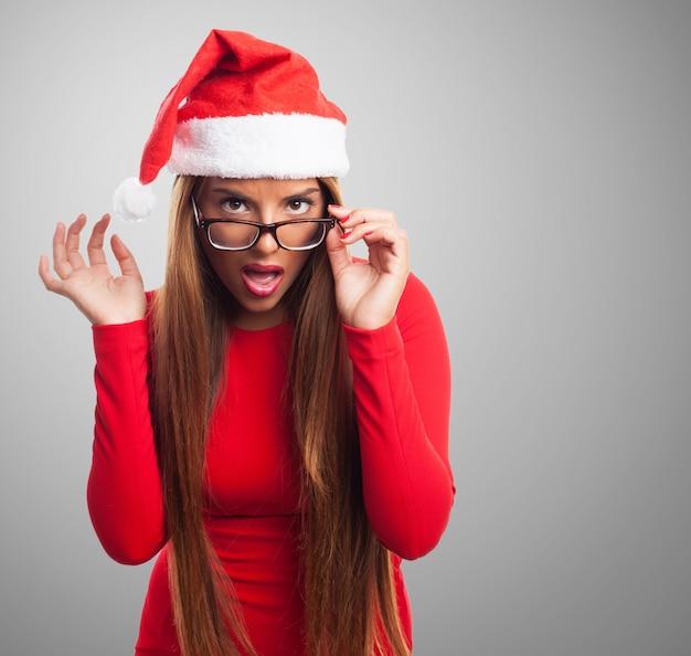 Menina atrativa que joga com seus óculos