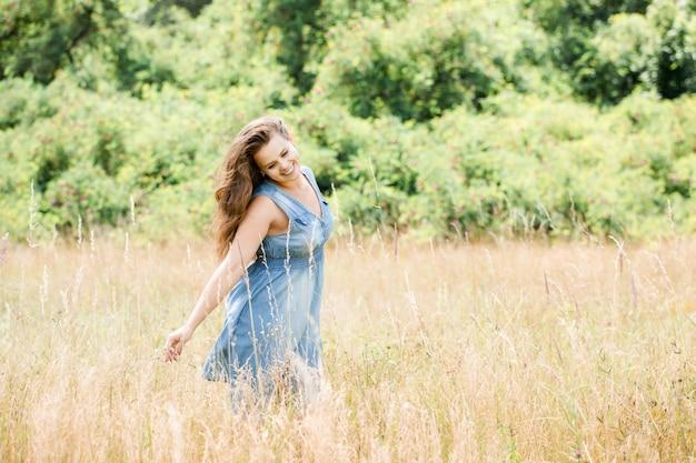 Menina atravessa o campo
