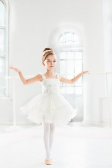Menina bailarina em um tutu. criança adorável dançando balé clássico