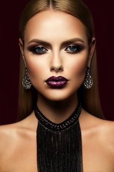 Menina beautyful com glitter rosa nos lábios
