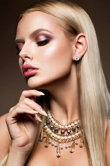 Menina beautyful com maquiagem brilhante