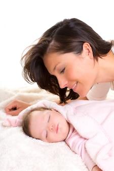 Menina bebê, dormir, com, cuidado materno, perto
