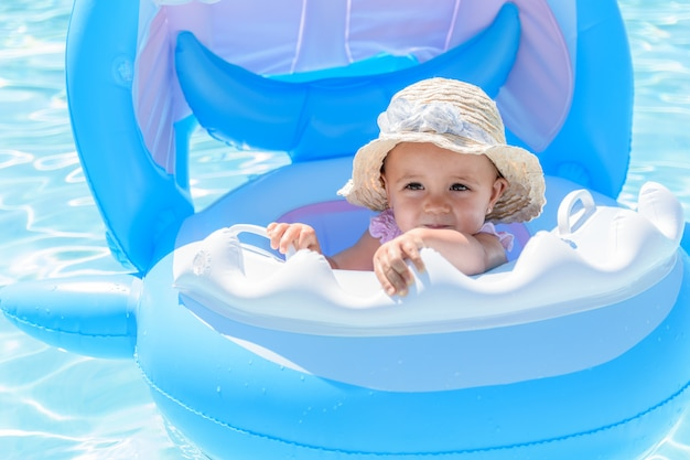Menina bebê, em, um, flutuador, com, chapéu