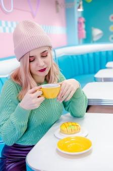 Menina bebendo chá em um café