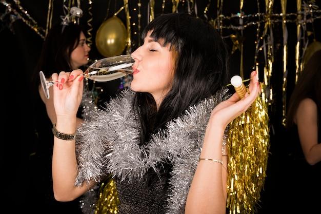 Menina, bebendo, champanhe, em, ano novo, partido