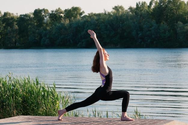 Menina beleza ioga nascer do sol lago ao ar livre