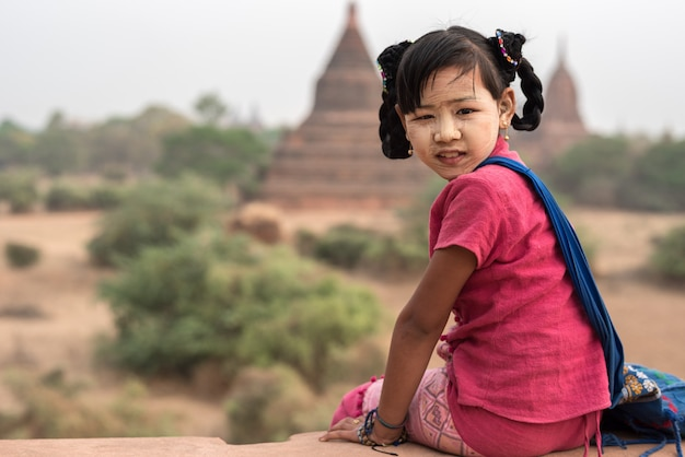 Menina birmanesa em old bagan, myanmar