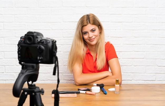 Menina blogger adolescente gravando um vídeo tutorial pensando em uma idéia