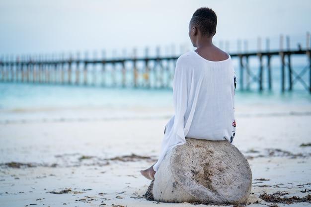 Menina bonita africana na praia tropical