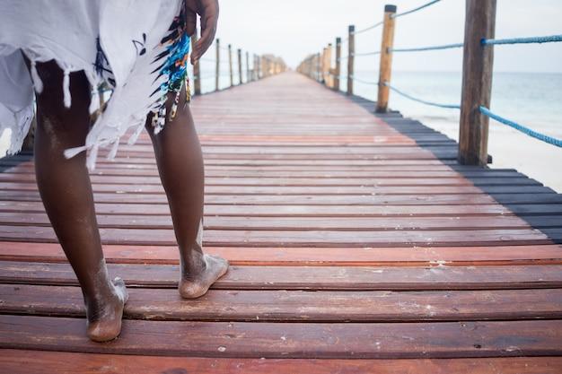 Menina bonita africana no cais tropical