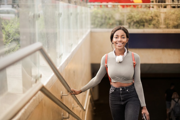 Menina bonita afro saindo do metrô