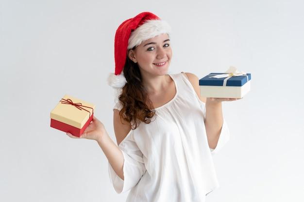 Menina bonita alegre anunciando a festa de natal
