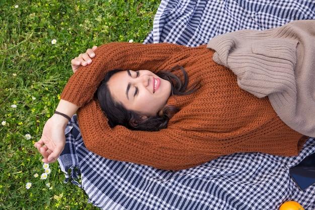 Menina bonita alegre relaxante no parque primavera