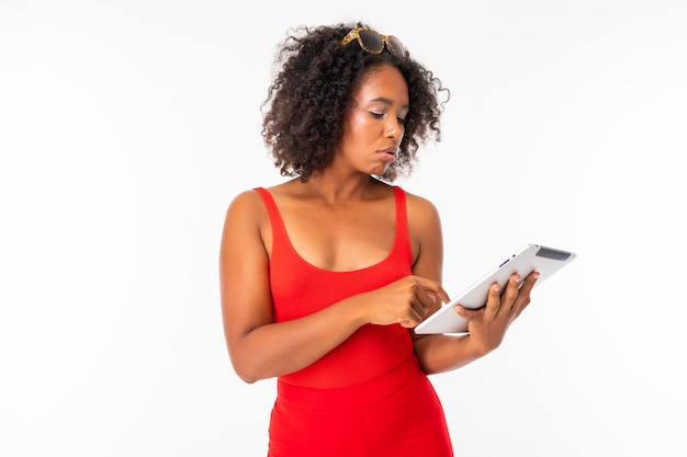 Menina bonita americana com tablet em fundo branco