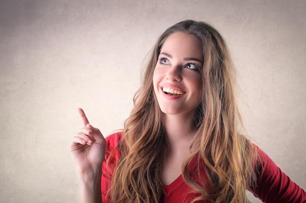 Menina bonita, apontando com o dedo