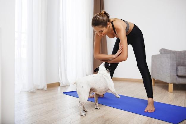 Menina bonita aptidão fazer exercícios de esporte com cachorro