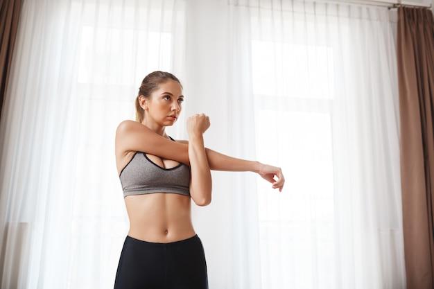 Menina bonita aptidão fazer exercícios de esporte